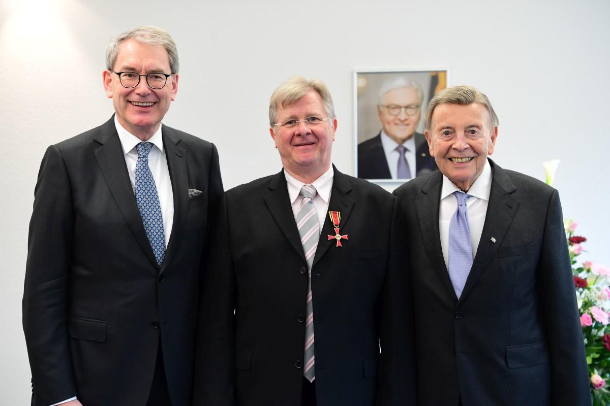 Dr. med. Hans-Jürgen Schnell mit dem Bundesverdienstkreuz ausgezeichnet