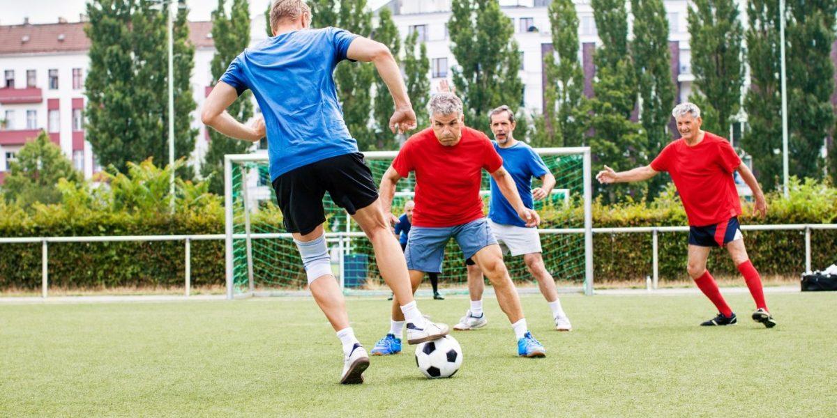 Die wollen  doch nur  spielen! Trainingsgestaltung,  Verletzungsprävention und Risikofaktoren bei Ü40-Sportlern
