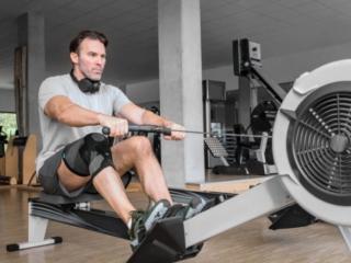 Knieorthese JuzoPro Patella_Xtec Plus, Mann mit Knieorthese bei Fitnessübung am Rudergerät