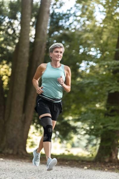 Ältere Frau mit Knieorthese JuzoPro_Patella_Xtec beim Joggen